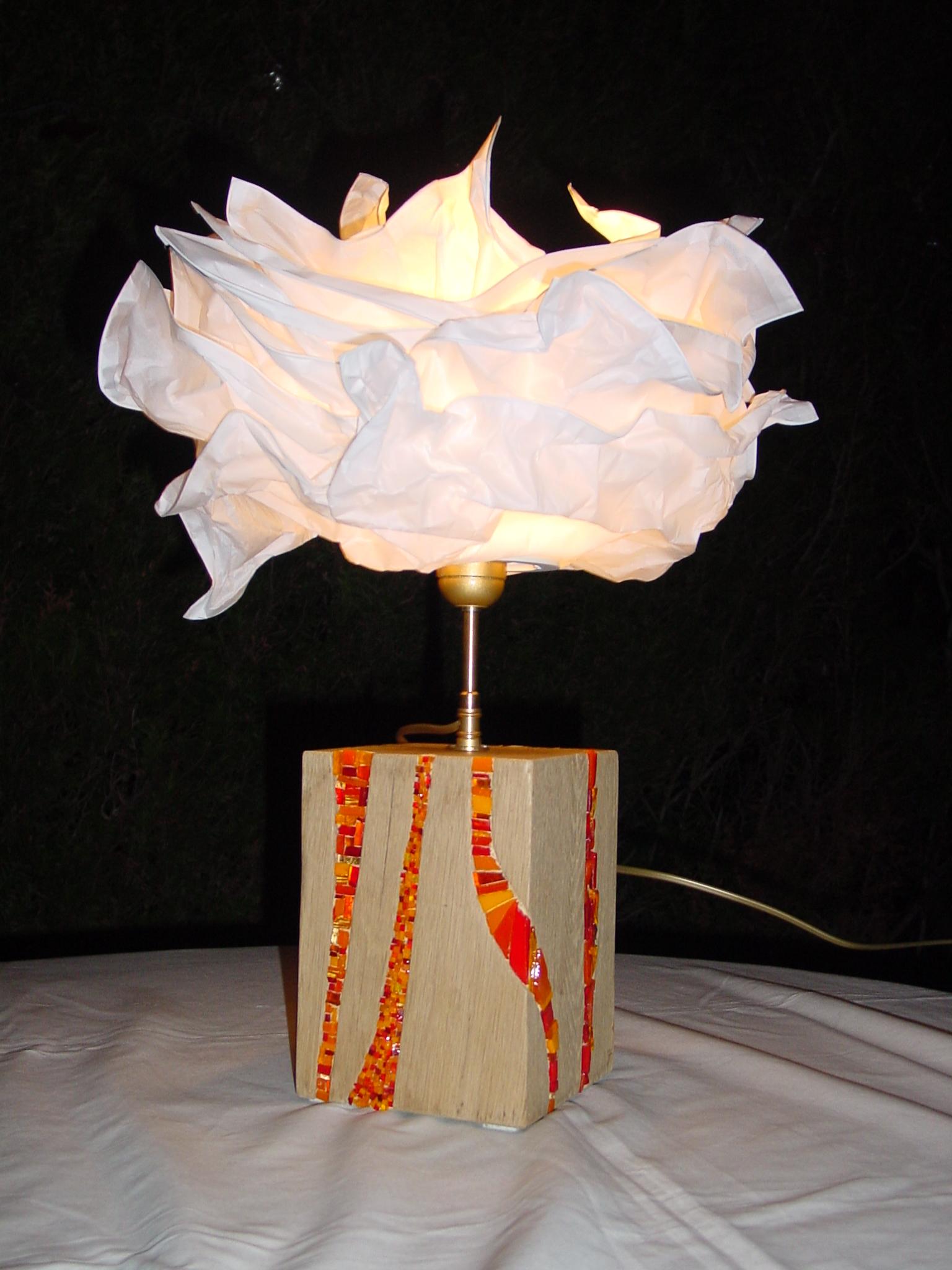 Lampe en chêne et incrustations de verre