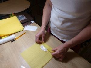 Emballage minutieux des pièces de faience